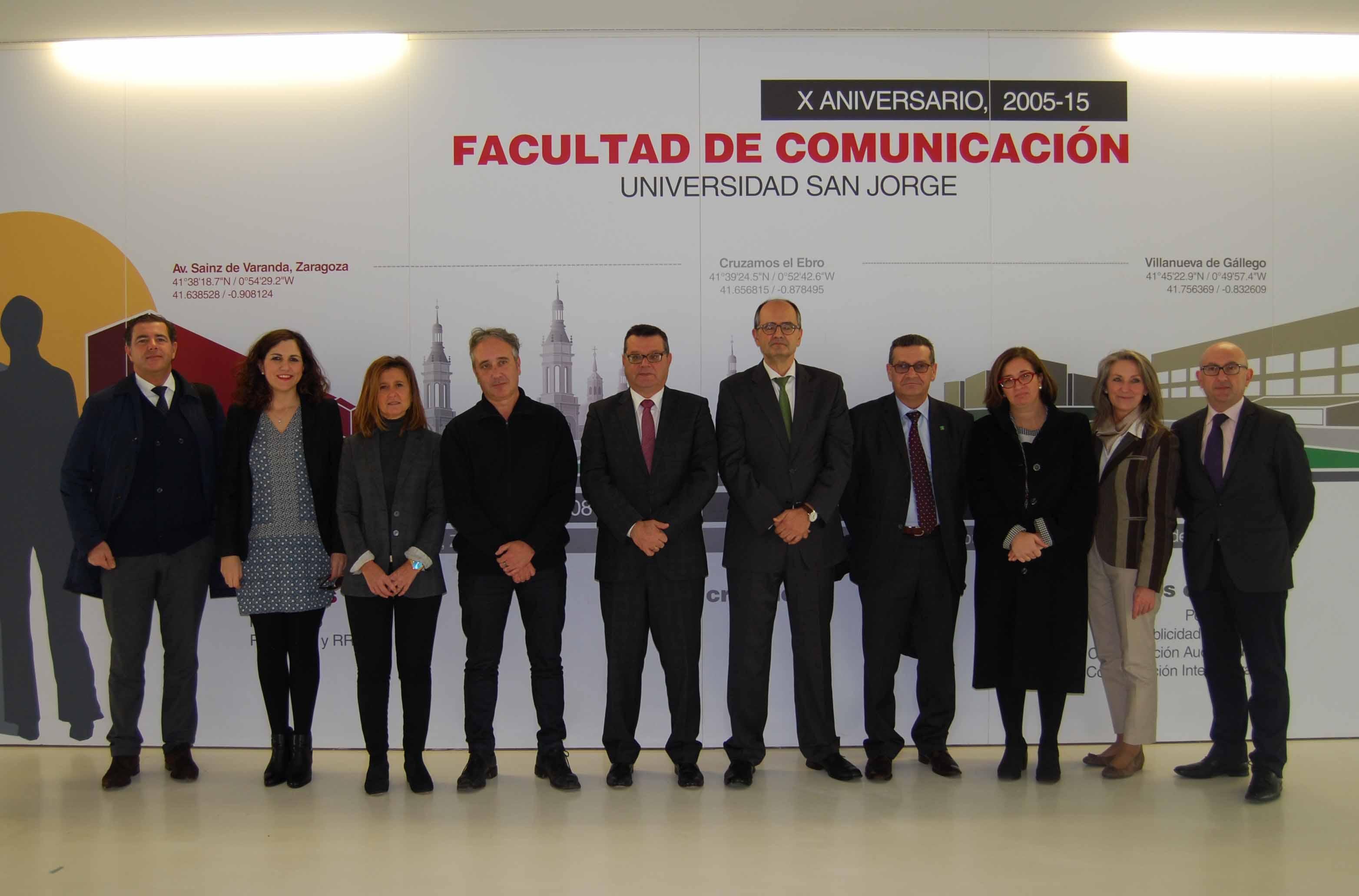 Representantes de la Universidad San Jorge y la Fundación ONCE en el hall de la Facultad de Comunicación y CC.SS.