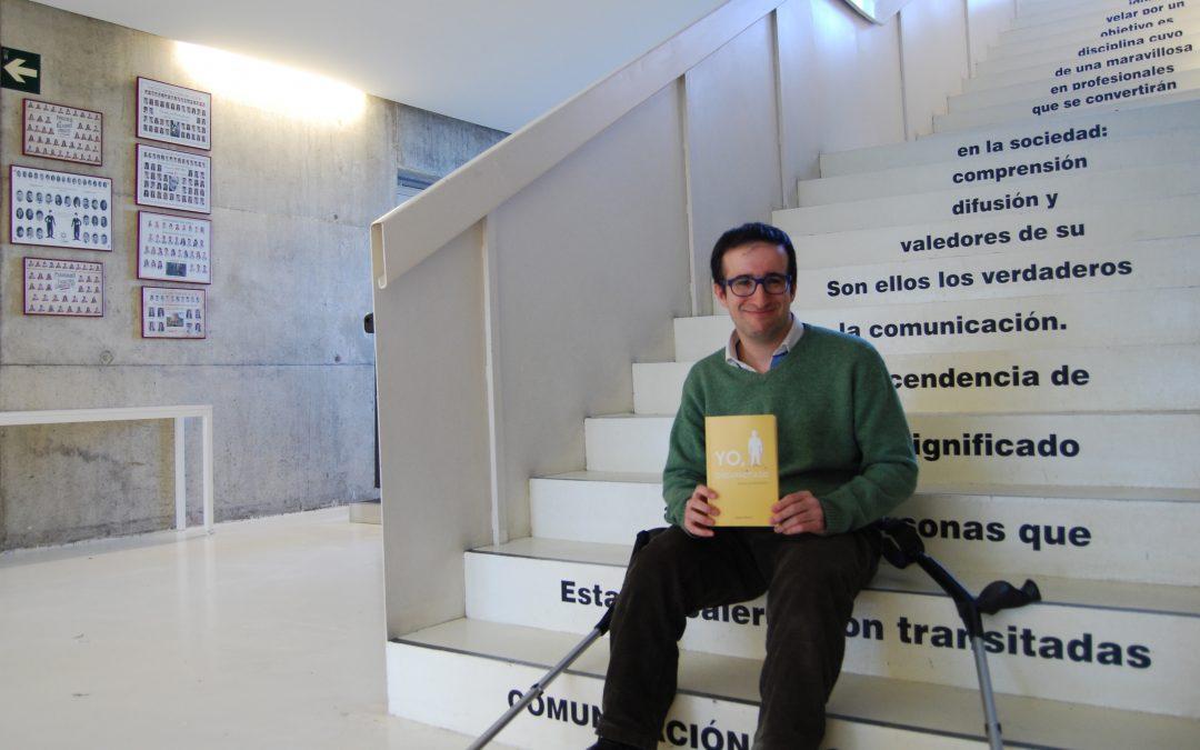 """El ex alumno de Periodismo Alfredo Quintana relata sus experiencias en el libro """"Yo, discapacitado"""""""