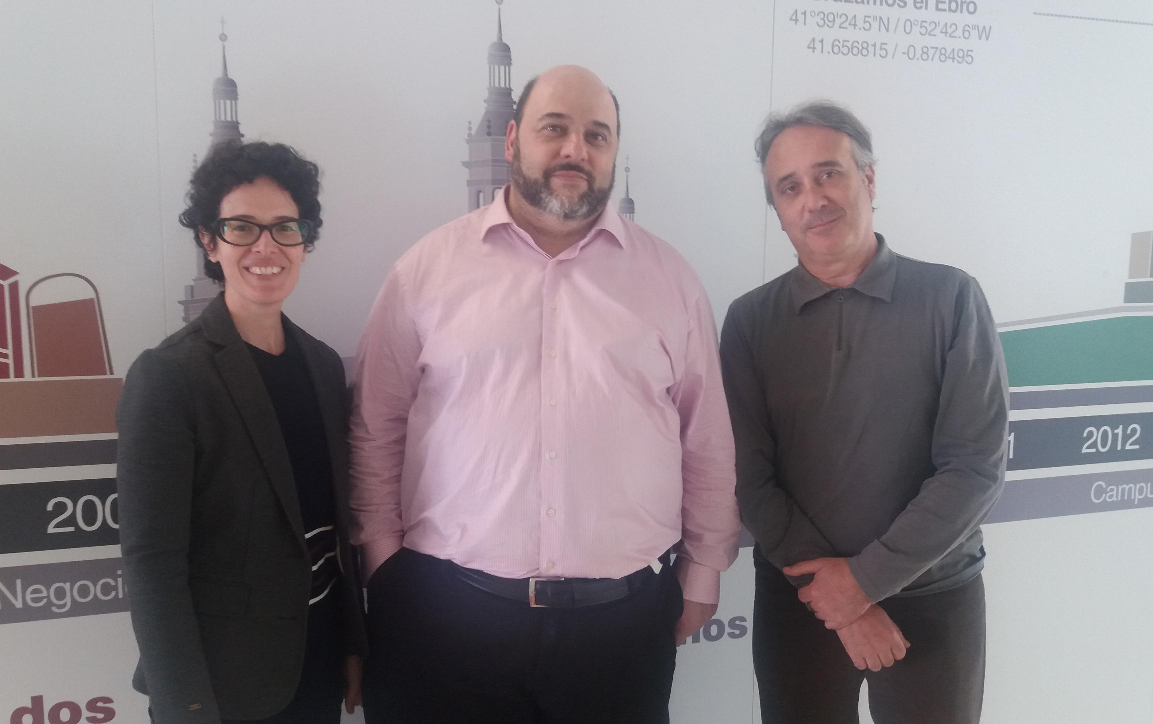 Asier Mensuro junto a Pilar Irala y Javier Hernández en el hall de la Facultad de Comunicación y CC.SS.