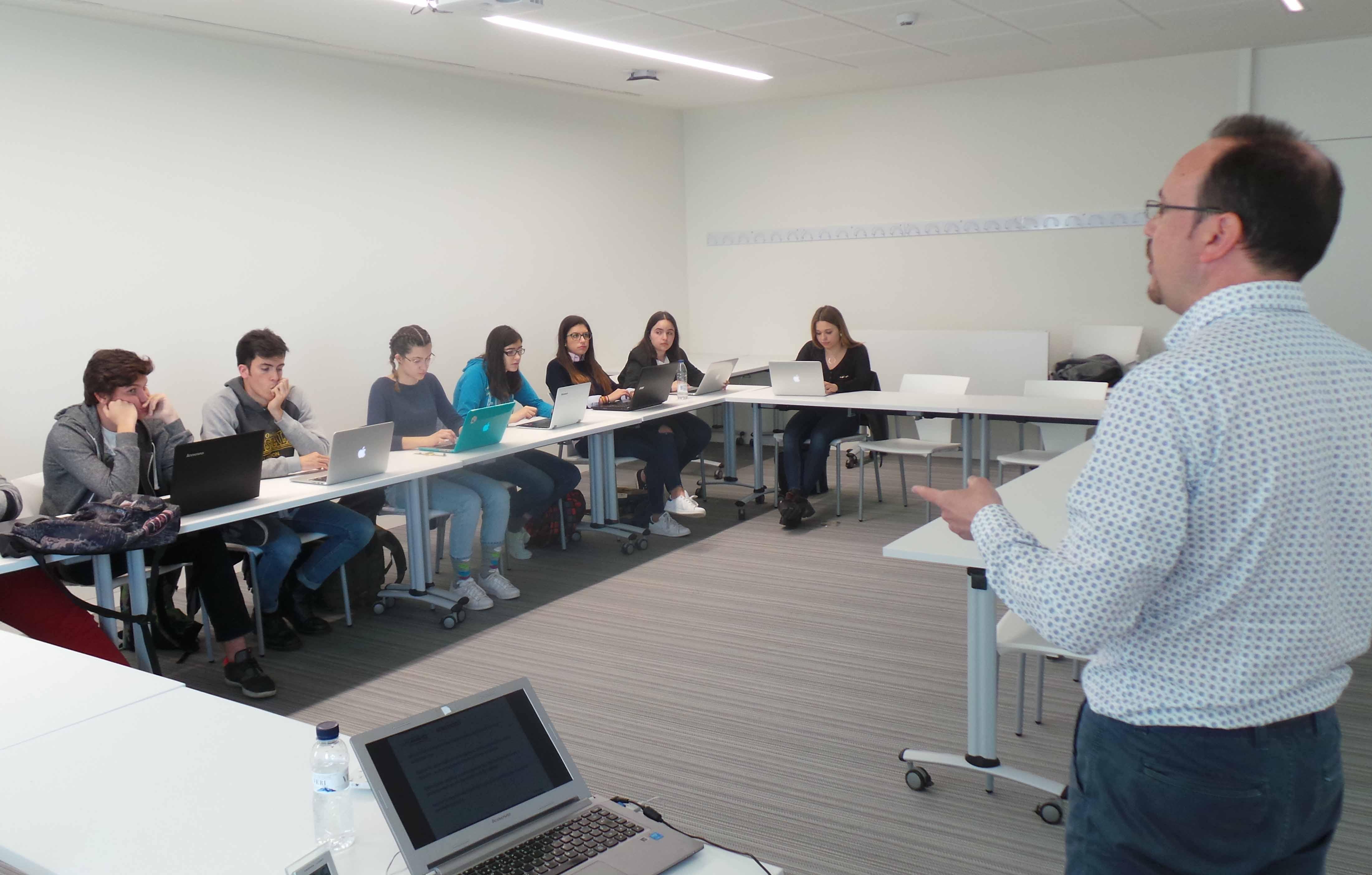Sergio Ibáñez impartiendo una charla de prácticas a los alumnos de Periodismo