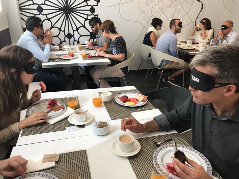'Desayuno a ciegas', una actividad para constatar lo que supone no tener visión