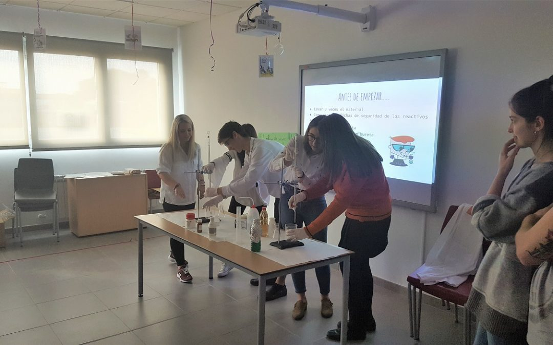 Alumnos de Farmacia imparten charlas sobre técnicas analíticas a los alumnos del colegio Ánfora