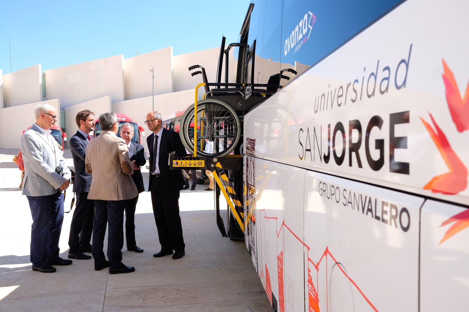 La Universidad San Jorge presenta sus nuevos autobuses adaptados para personas con movilidad reducida