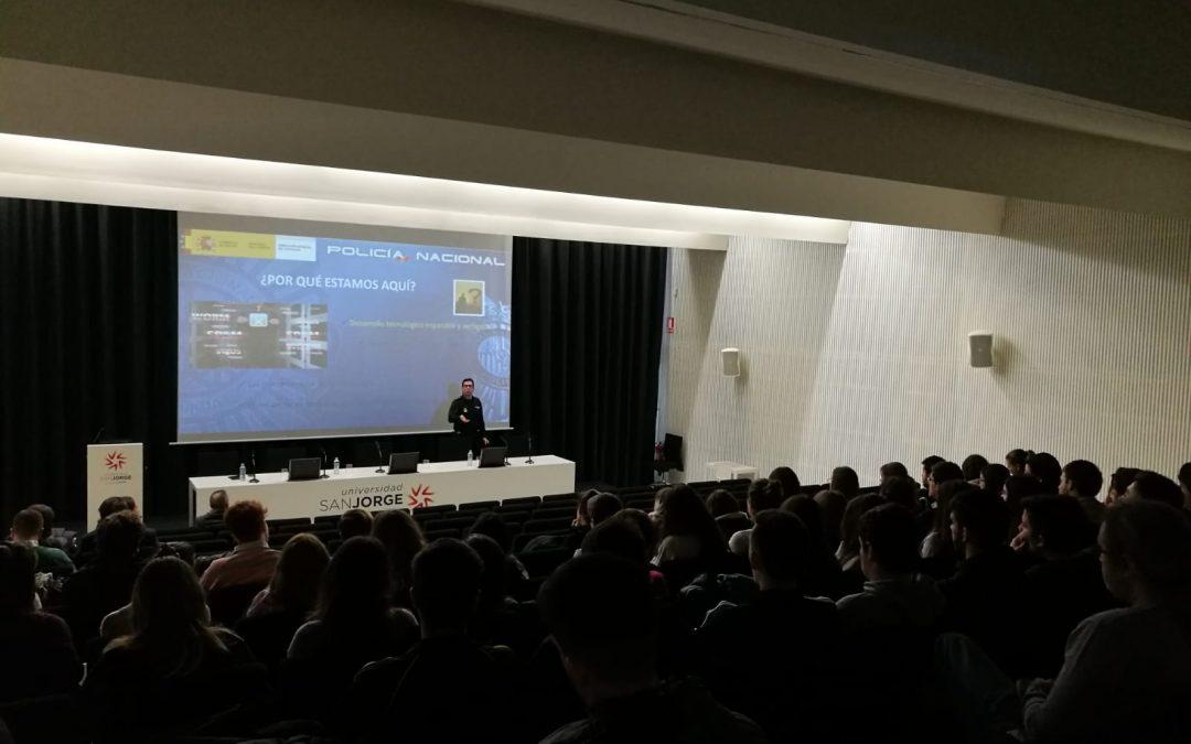 La Policía Nacional imparte una conferencia sobre la responsabilidad de la comunicación en la era digital enmarcada en el V Seminario de Norma(s) y uso(s) del español