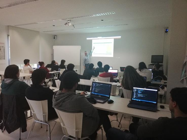 El profesor de la Universidad de Barcelona Roger Gilabert imparte una conferencia a los alumnos de Diseño y Desarrollo de Videojuegos