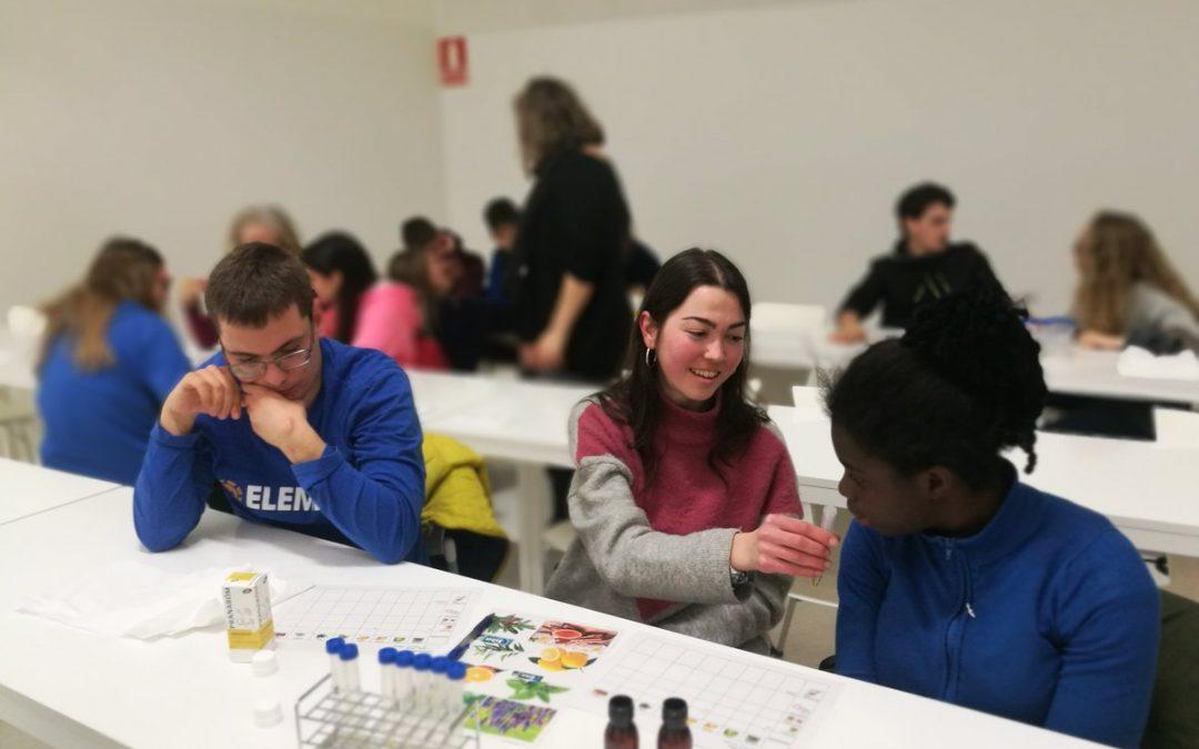 Alumnos de Farmacia realizan un taller de aromaterapia con CEDES