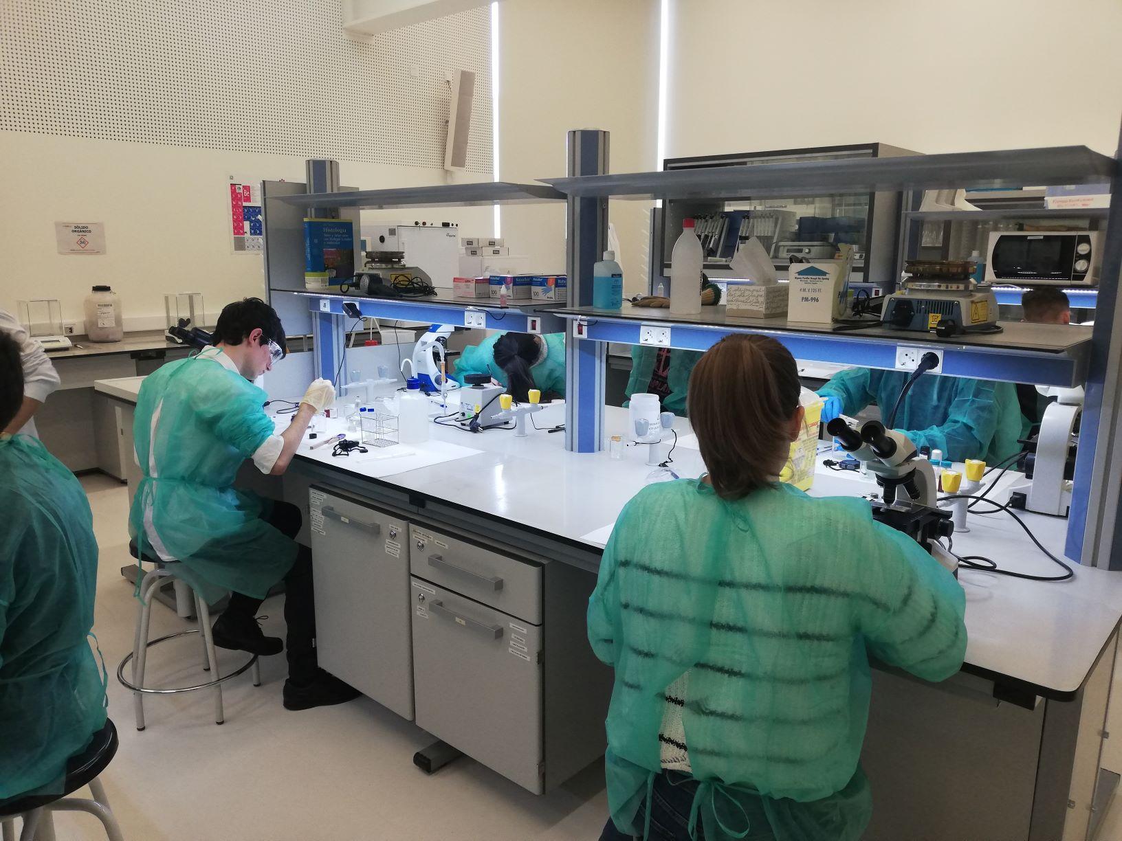 La USJ acoge la prueba práctica de las Olimpiadas de Biología de Aragón
