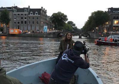 """Laura Anadón en Amsterdam grabando uno de los viajes con el programa """"Aragoneses por el mundo"""""""