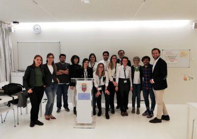Alumnos y miembros del jurado en la ronda final de la Liga de Debate de la USJ