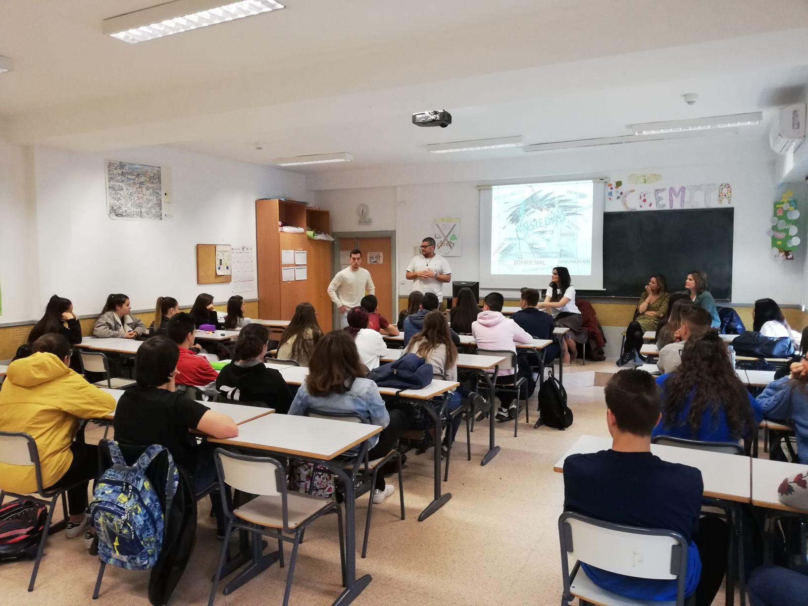 Dos alumnos de Enfermería imparten a los estudiantes de 1º de Bachillerato del Centro San Valero la primera sesión del proyecto Salud Mental En Positivo