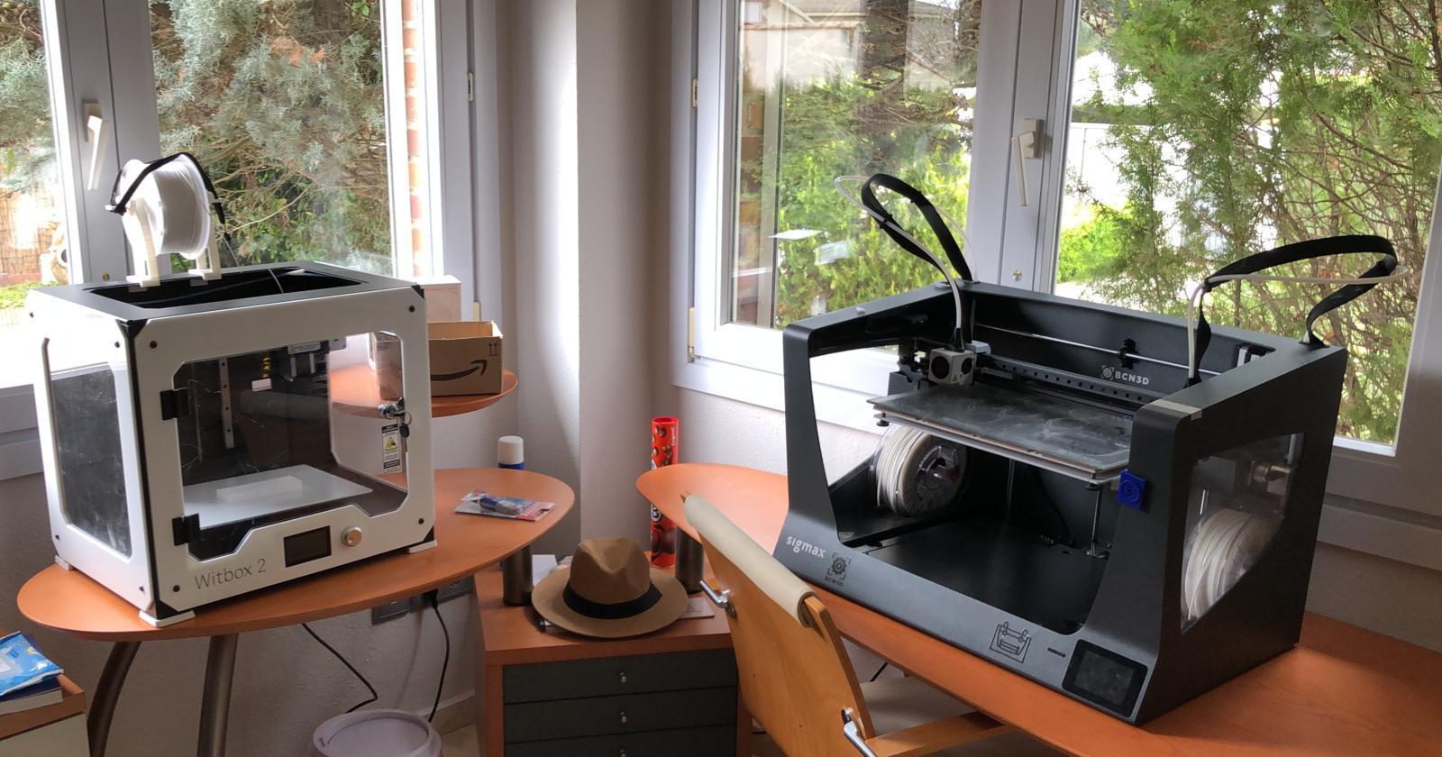 Dos de las impresoras 3D que usan los alumnos y profesores para fabricar el material