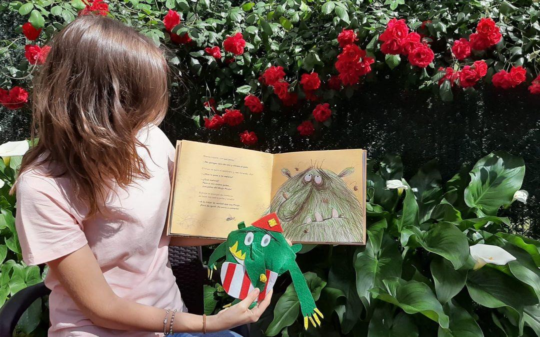 """La alumna Montse Masmano contando el cuento """"Camuñas"""" a los niños del Aula Hospitalaria"""