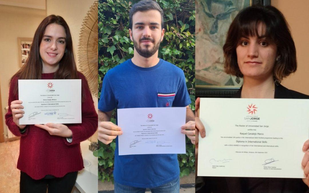 Raquel, Nacho y Nerea con el diploma