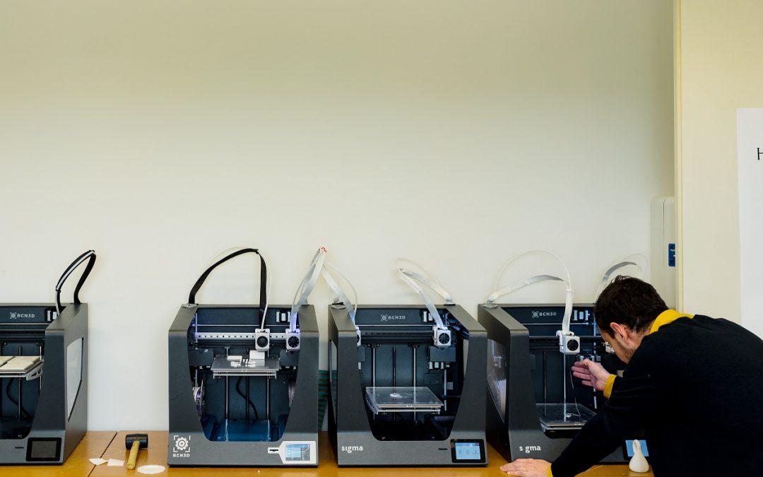 Taller de fabricación digital con medios y recursos digitales de la USJ usado por el grado en Diseño Digital y Tecnologías Creativas