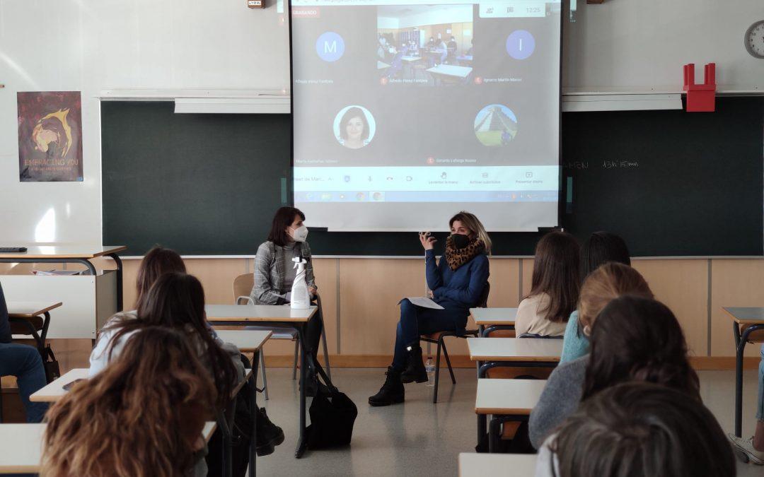 Marta Guarch, docente del grado en Psicología de la USJ, imparte una charla sobre personas refugiadas y estrés postraumático a los alumnos del colegio Jesuitas