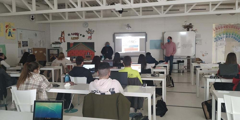 El Centro Sociolaboral Casco Viejo explica a los alumnos de Educación la función del centro y presenta la Red de Escuelas de Segunda Oportunidad