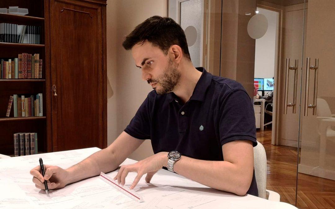 Víctor Domínguez, egresado de Arquitectura, desarrolla proyectos en la Dirección General de Arquitectura del Ministerio de Transportes, Movilidad y Agenda Urbana para promover la arquitectura española a nivel nacional e internacional