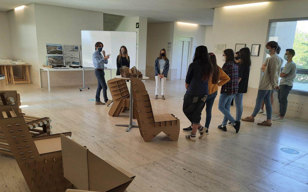 Alumnos de Diseño Digital y Tecnologías Creativas diseñan y construyen sillas a escala real utilizando cartón como único material