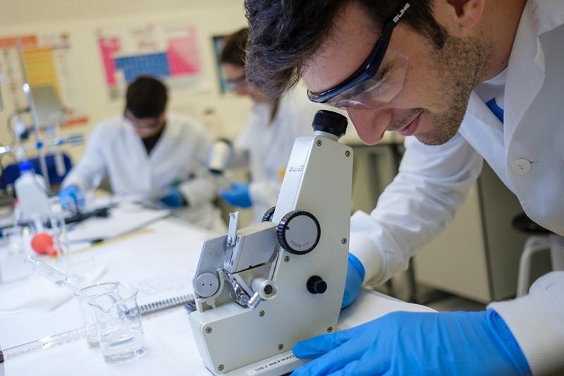 El máster oficial en Atención Farmacéutica de la Universidad San Jorge ofrece una formación práctica, con pacientes reales y un equipo docente multidisciplinar