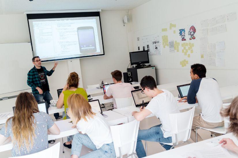 El Máster en Tecnologías Software Avanzadas para Dispositivos Móviles especializa al alumno en aplicaciones móviles y le permite orientar su carrera hacia el ámbito laboral o el investigador