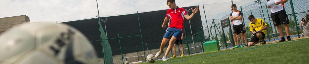 Alumnos de Ciencias de la Actividad Física y del Deporte en el campo de  fútbol 690c668c8939e