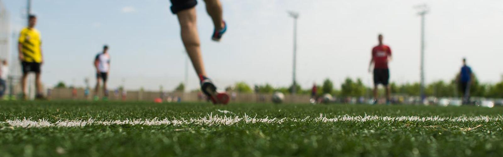 Atletas haciendo deporte en el campus deportivo de la Universidad San Jorge