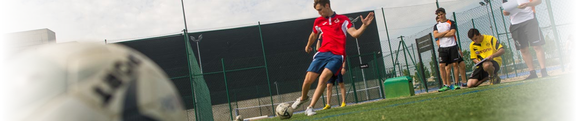 Alumnos de Ciencias de la Actividad Física y del Deporte en el campo de fútbol