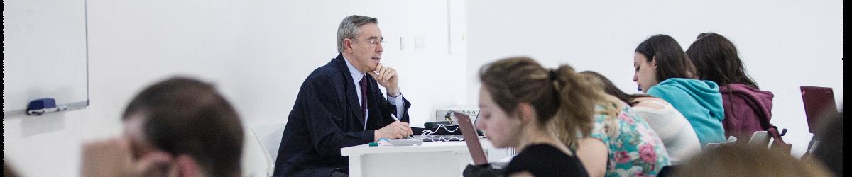 Alumnos del grado en Derecho asistiendo a clase en la Facultad de Comunicación y Ciencias Sociales