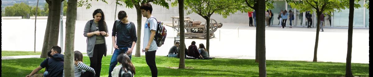 Alumnos en el campus de la Universidad San Jorge. Grado en Energía y Medio Ambiente