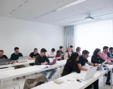 Alumnos en una clase de la Universidad San Jorge. Títulos propios,