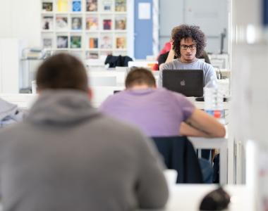 Alumnos en la biblioteca del Edificio de Estudiantes de la Universidad San Jorge