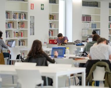 Usuarios de la biblioteca del Edificio de Estudiantes de la Universidad San Jorge
