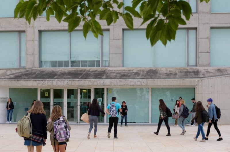 Alumnos de comunicación entrando a la Facultad de Comunicación y Ciencias Sociales