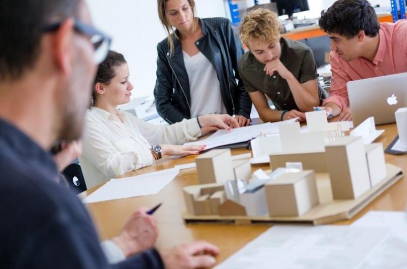 Alumnos del grado de arquitectura trabajando con maquetas en un taller de la escuela de arquitectura y tecnología