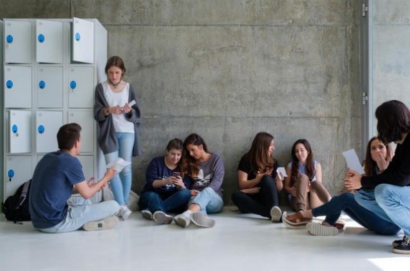Alumnos en un descanso de clase de la Facultad de Comunicación y Ciencias Sociales