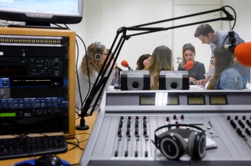 Alumnos del grado de periodismo en el estudio de radio