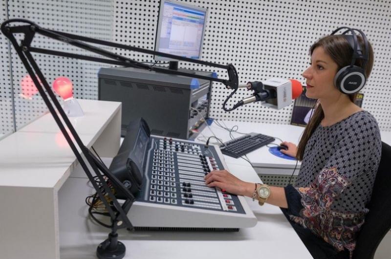 Un alumno del grado de periodismo en el estudio de radio