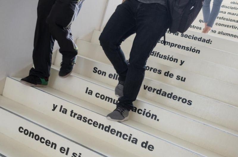Alumnos de la facultad de comunicación y ciencias sociales bajando por las escaleras