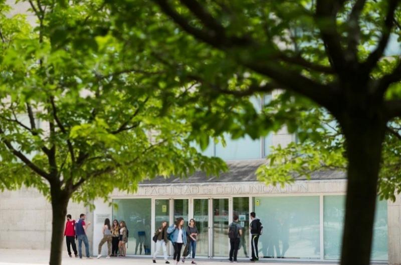 Fachada principal de la facultad de comunicación y ciencias sociales con alumnos