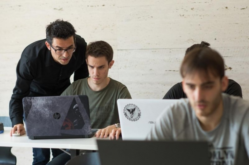 Alumnos del grado de diseño y desarrollo de videojuegos en un aula de la escuela de arquitectura y tecnología