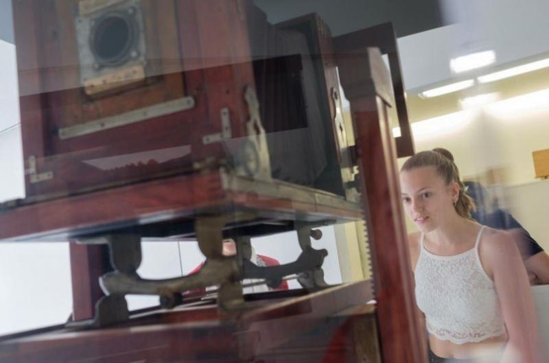 Máquina de imprenta antigua en el hal de la Facultad de Comunicación y Ciencias Sociales