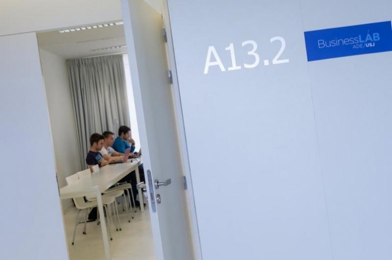 Entrada al aula de Business Lab en la Faculta de Comunicación y Ciencias Sociales