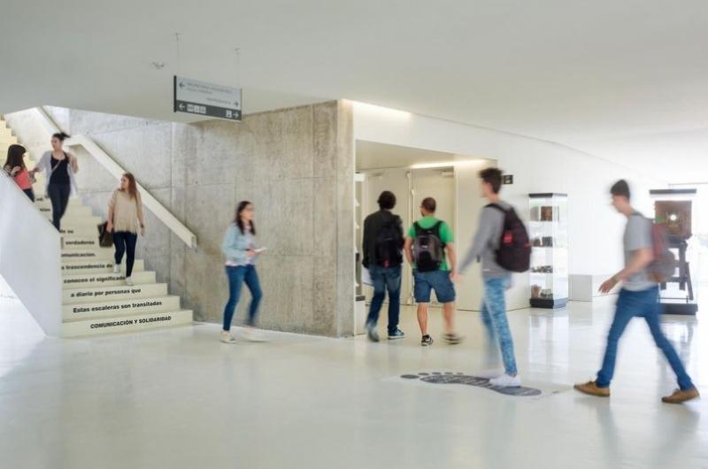 Alumnos de la Facultad de Comunicación y Ciencias Sociales paseando por el hall