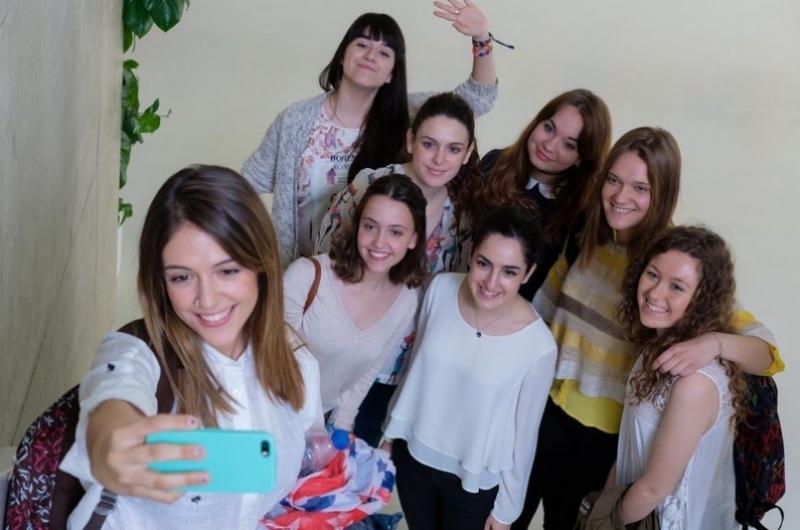 Grupo de alumnas haciendose una foto en la Facultad de Comunicación y Ciencias Sociales