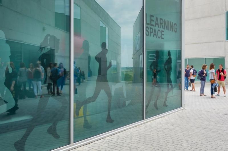 Edificio de Learning Space de la Facultad de Ciencias de la Salud de la Universidad San Jorge