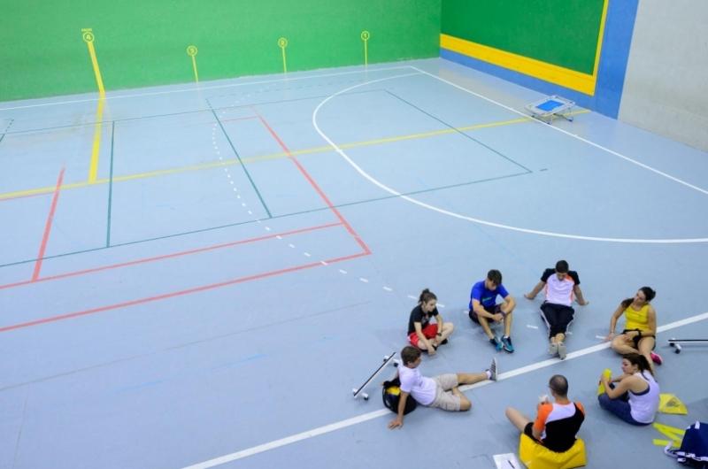 Alumnos del grado de CAFD en el polideportivo del campus deportivo de la Universidad San Jorge