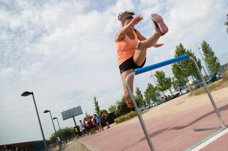 Alumno de CAFD haciendo salto de valla en el campus deportivo de la Universidad San Jorge