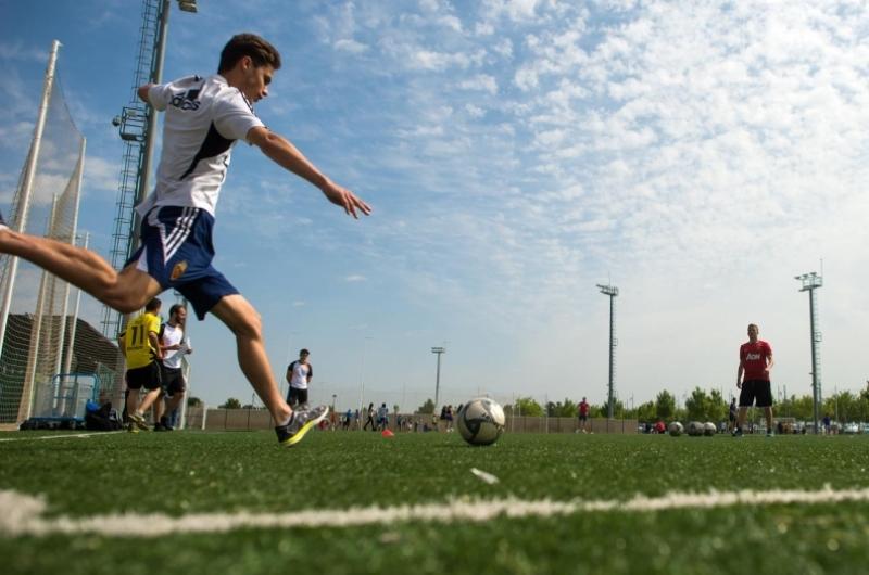 Alumno de CAFD jugando al futbol en el campus deportivo de la Universidad San Jorge