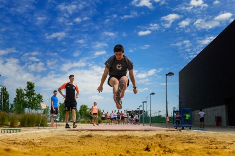 Alumno realizando salto de longitud en el campus deportivo de la Universidad San Jorge