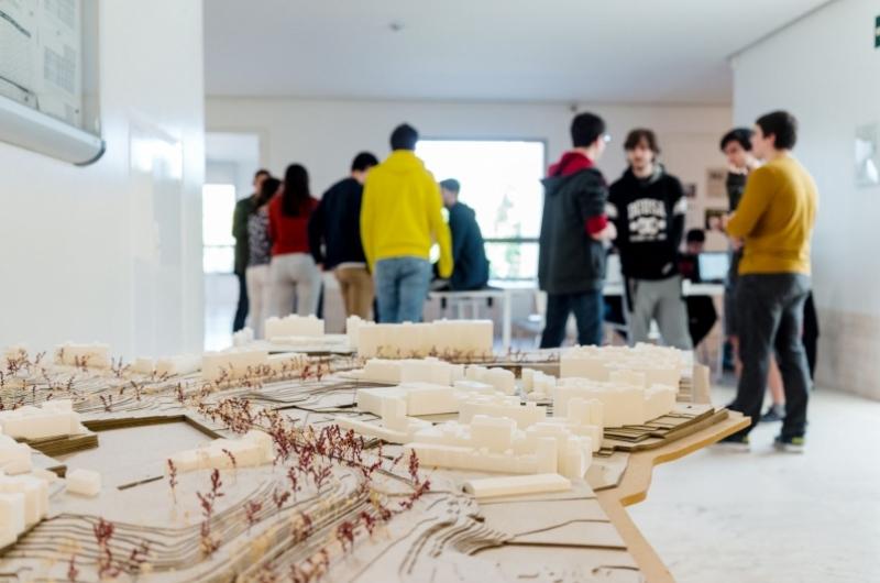 Alumnos del grado de arquitectura trabajando en un taller de la escuela de arquitectura
